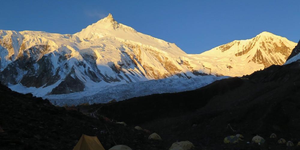 Amanece sobre el Manaslu, mientras el Campo Base despierta de una fría noche a 4800m